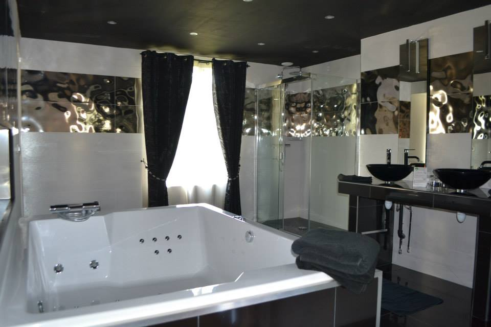 la nuptial chambre avec jacuzzi. Black Bedroom Furniture Sets. Home Design Ideas