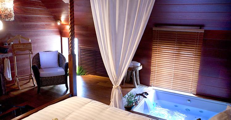 L indonesienne chambre avec jacuzzi - Hotel avec service en chambre ...