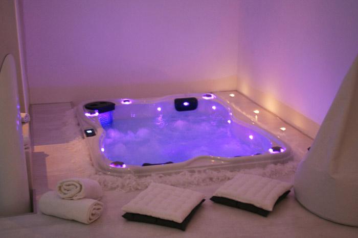 spa zen chambre avec jacuzzi. Black Bedroom Furniture Sets. Home Design Ideas