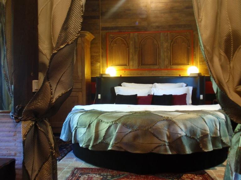 richelieu chambre avec jacuzzi. Black Bedroom Furniture Sets. Home Design Ideas