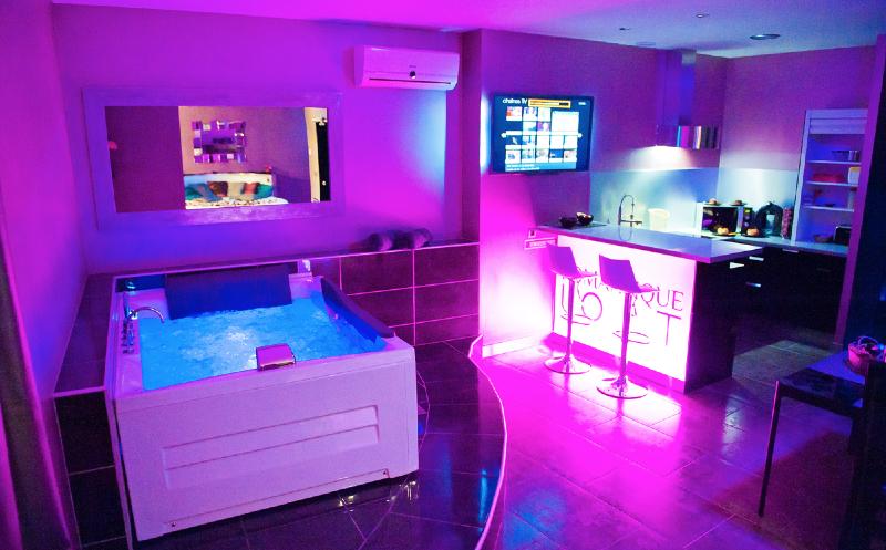 Romantic loft est une chambre avec jacuzzi id al pour une for Week end avec jacuzzi dans la chambre