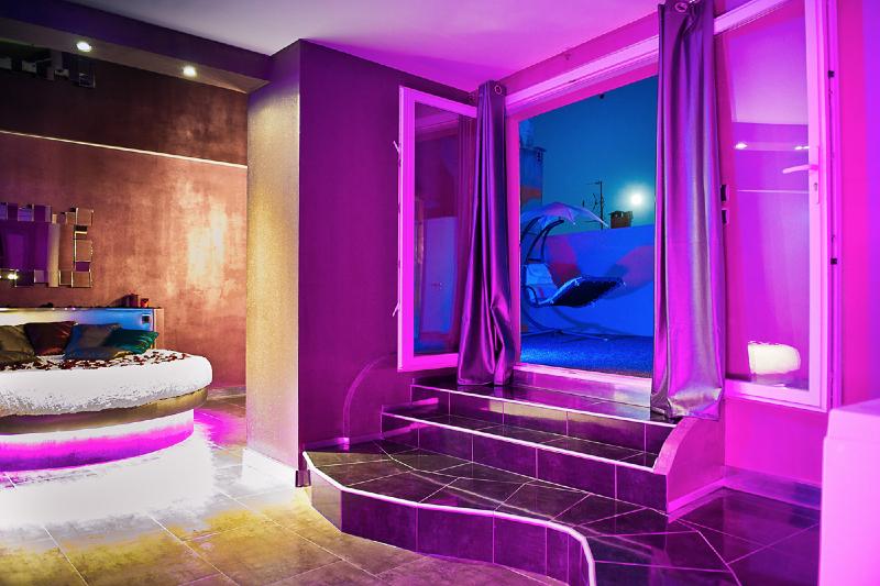 Romantic loft est une chambre avec jacuzzi id al pour une id e parfaite pour passer un moment en for Chambre loft ado