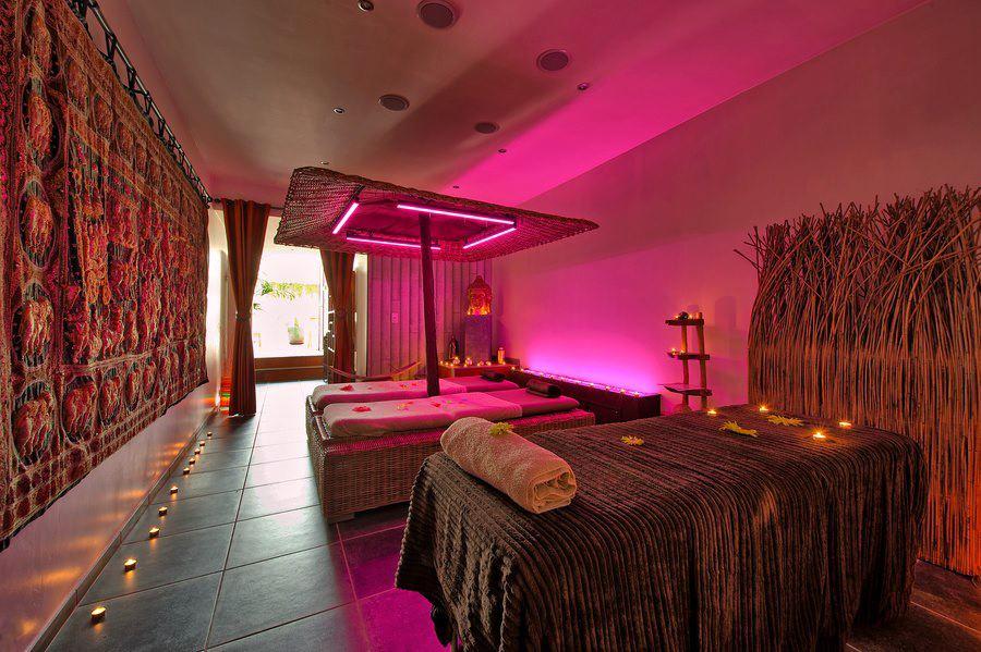 o bois zen chambre avec jacuzzi. Black Bedroom Furniture Sets. Home Design Ideas