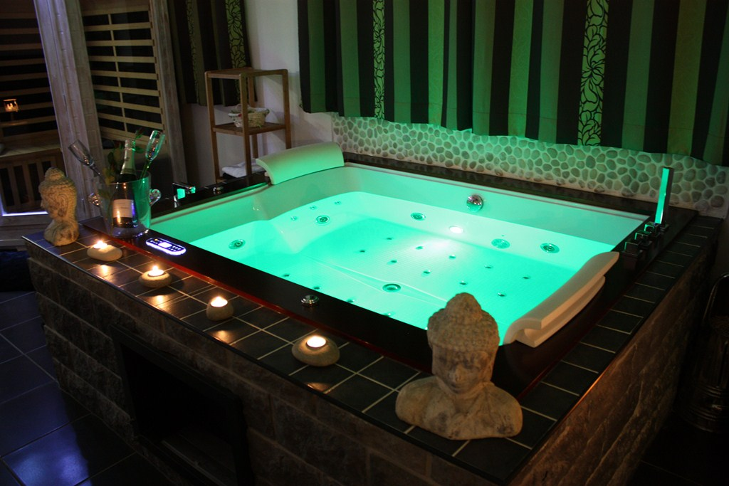 Mobilier table chambre insolite avec jacuzzi for Week end chambre jacuzzi